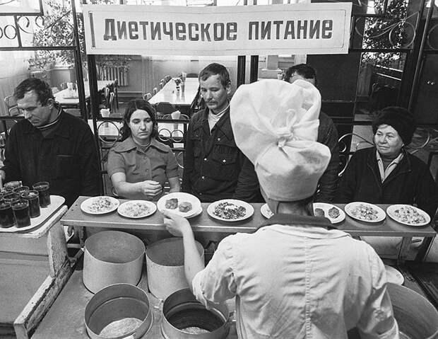 Конечно, можно было поесть дешевле, чем на рубль, если это была недорогая заводская или студенческая столовая Фото: ТАСС