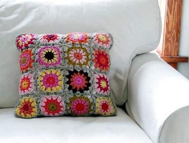 Вяжем декоративные подушки из мотивов крючком