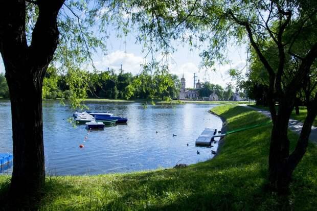 Лодки и катамараны будут катать отдыхающих по Нижнему Лианозовскому пруду Фото с сайта svao.mos.ru