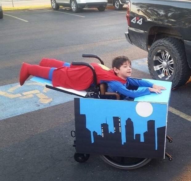 Супермен (костюм для инвалидной коляски)