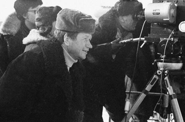 Актер и режиссер Леонид Быков на съемках своего фильма «Аты-баты, шли солдаты»