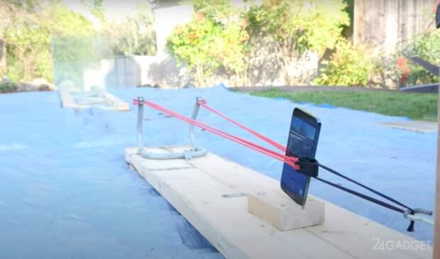 Смартфоном iPhone 12 Pro Max стреляли из рогатки по стеклам