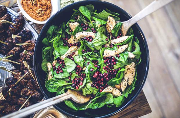 7 поварских салатов со шпинатом: ударный заряд витаминов