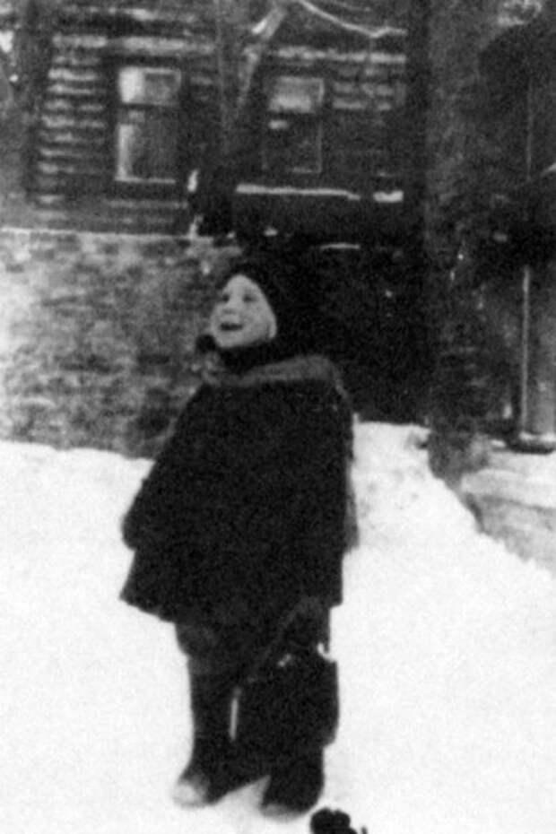 Жили Высотские в доме на 1-й Мещанской (сейчас проспект Мира), где и была сделана эта фотография