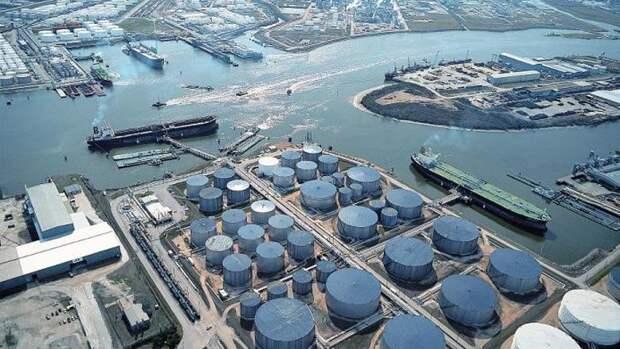 Трамп хочет заполнить хранилища нефти «досамого верха»