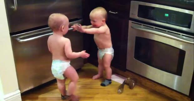 Очень эмоциональный диалог двух маленьких близнецов