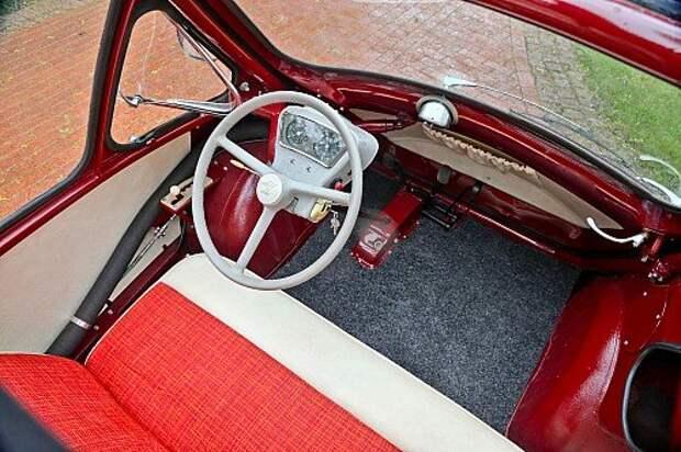 За рулем удивительно удобно. На передней двери – выключатель стеклоочистителя.