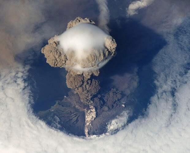 Вулкан грозит уничтожить жителей острова в Карибском море