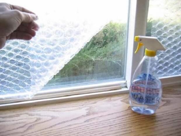 1. Пузырчатая пленка на окне защитит тебя от холода и сквозняков. зима, совет, хитрости