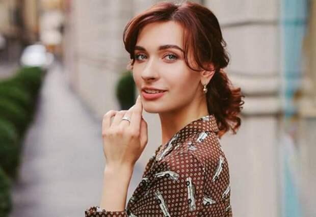 «Ох уж эти ключицы! Бесподобно»: невестка Орбакайте в топе с открытыми плечами добавила образу романтики