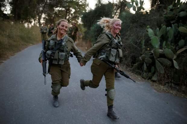 Израильские военнослужащие тренируются в посёлке Бен-Шемен недалеко от города Модиин.
