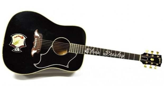 Гитару Элвиса Пресли продали на аукционе Julien's в Нью-Йорке