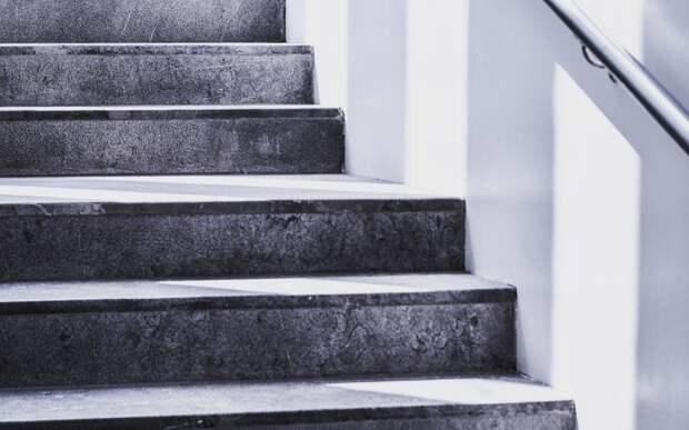 Уличную лестницу на улице Народного Ополчения освободили от опасных элементов