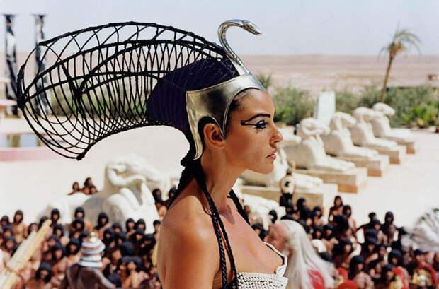 Моника Белуччи (Monica Bellucci) в фотосессии для фильма «Астерикс и Обеликс: Миссия «Клеопатра» (Asterix & Obelix Meet Cleopatra) (2002), фотография 8
