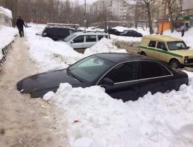 Пешеходная дорожка в Саратове, протоптанная по капоту автомобиля авто, зима, капот, коммунальщики, парковка, саратов, снег, тропинка