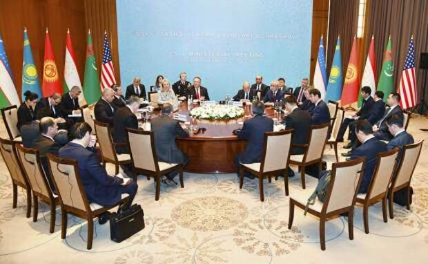 """На фото: госсекретарь США Майк Помпео (на дальнем плане по центру слева) во время министерской встречи в формате """"Центральная Азия - США"""" (""""С5+1"""")"""