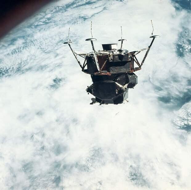 1969, март. В течение примерно 15 минут основной блок совершал групповой полет со ступенью, астронавты фотографировали установленный на ступени лунный модуль. На снимке ЛМ «Паук»