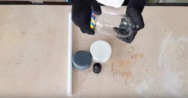Отличная идея для дачного домика: соединить трубы ПВХ с обычной стеклянной банкой