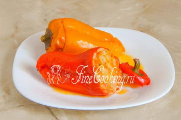 Очень аппетитно смотрится готовый фаршированный перец с мясом и рисом разного цвета