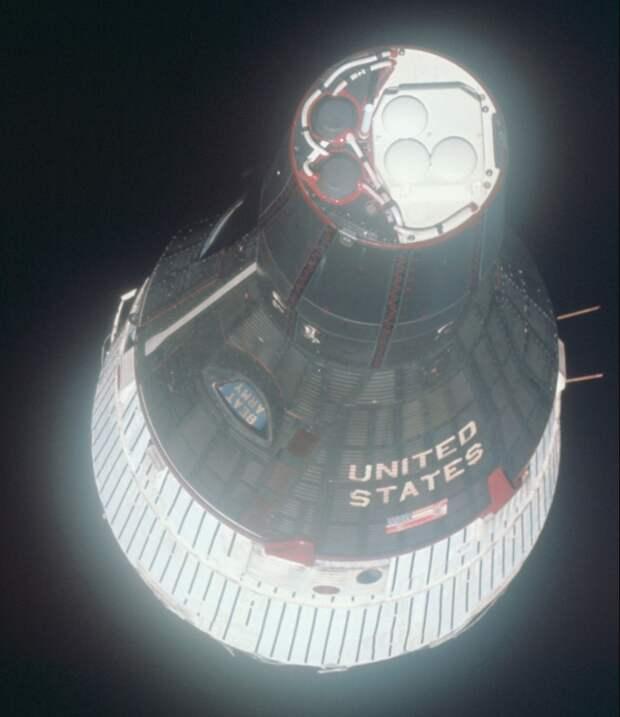1965. «Крупный план» космического корабля «Джемини-6A» (англ. Gemini), сделанный из космического корабля «Джемини 7» на околоземной орбите. 15 декабря