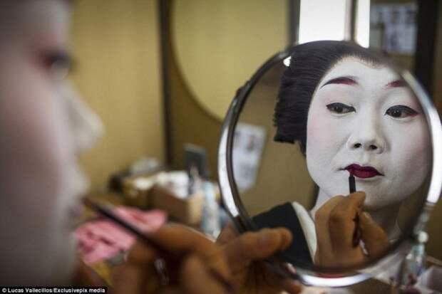 Классический грим гейши: белое лицо, темные глаза и ярко-красные губы гейша, история, люди, япония
