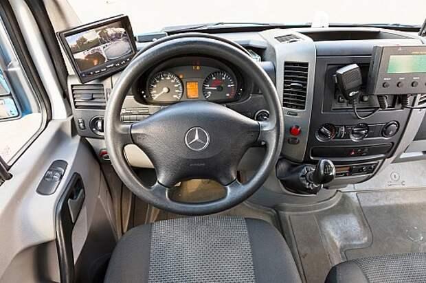 В распоряжении водителя – система спутниковой навигации ГЛОНАСС и дисплей, передающий изображение с четырех видеокамер.