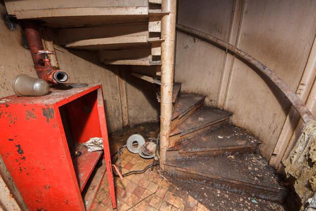 Лестница под домом