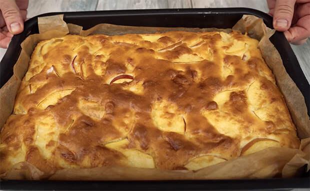 Заливной пирог из яблок за 40 минут. Нарезаем яблоки и заливаем миской жидкого теста