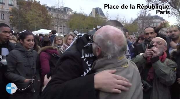 Мусульманин в Париже просит прохожих обнять его, если они ему доверяют