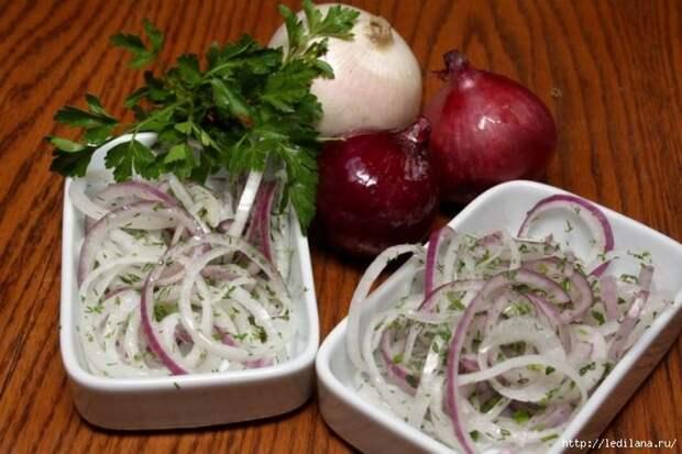 Маринованный лук с чесночной заправкой на кипящем масле — к шашлыку, в салат