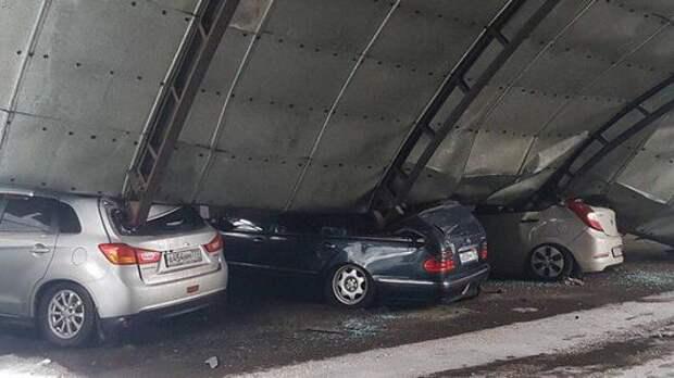 В Балашихе из-за снега рухнула крыша гаража. Повреждено 20 машин