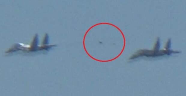 Зона-51 снова дала знать о себе. Очевидцы засняли воздушный бой двух F16 с неопознанным объектом
