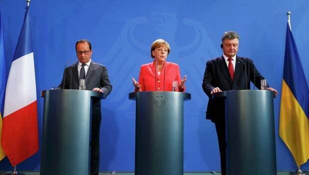 Канцлер Германии Ангела Меркель, президент Франции Франсуа Олланд и президент Украины Петр Порошенко общаются со СМИ после встречи в Берлине. Архивное фото