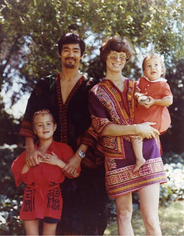 Брюс Ли, его жена Линда, сын Брэндон и дочка Шеннон.