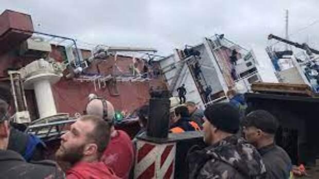 В Ленобласти на судостроительном заводе опрокинулся траулер
