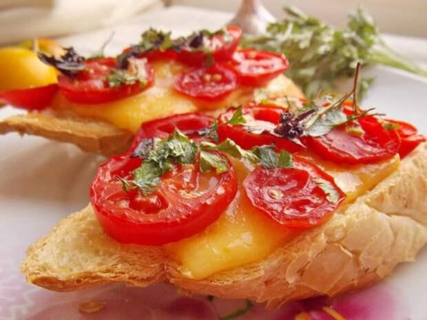 Брускетта с сыром и помидорами