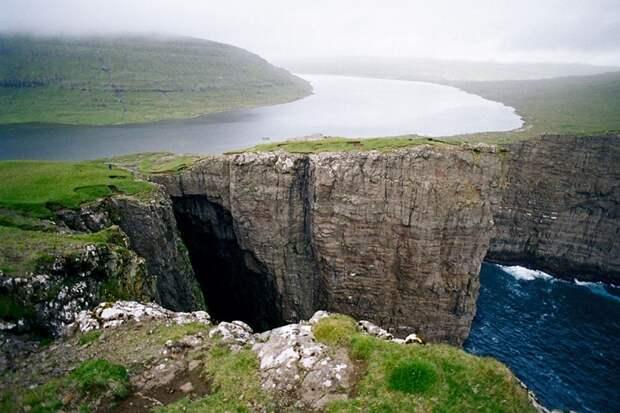 Озеро на краю обрыва - Сорвагсватн (или Лейтисватн), Фарерские острова