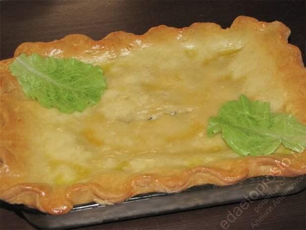 рыбный пирог, пирог с рыбой полностью готов еще на противне