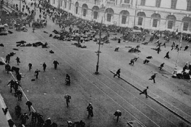 Петроград. Временное правительство разгоняет митинг большевиков. Июль 1917 г.
