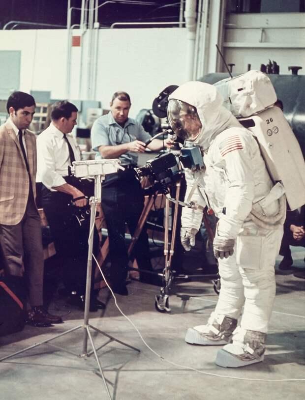 1969. В последние месяцы перед стартом у астронавтов было много тренировок, имитировавших выход на лунную поверхность в полном снаряжении и работы по сбору образцов грунта. На снимке Нил Армстронг тренируется в лунной походке