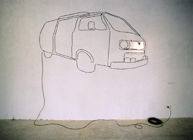 Длинный провод и лампочка на конце могут уже на стене превратиться в машину...