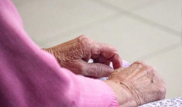 Пенсионеры разбирают просроченную еду в районе Петрозаводска