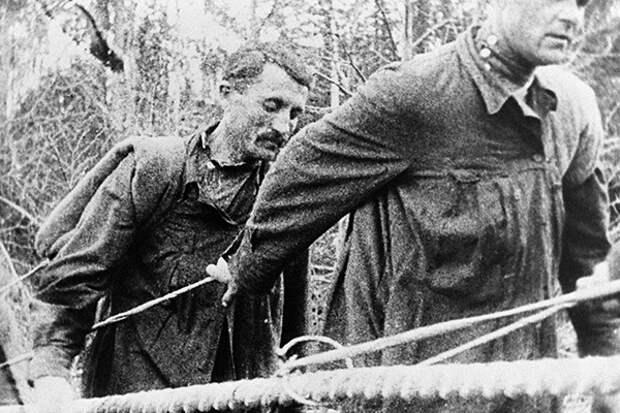Заключенные Ухтинской экспедиции Управления северных лагерей особого назначения ОГПУ на транспортировке грузов вверх по реке Ижме