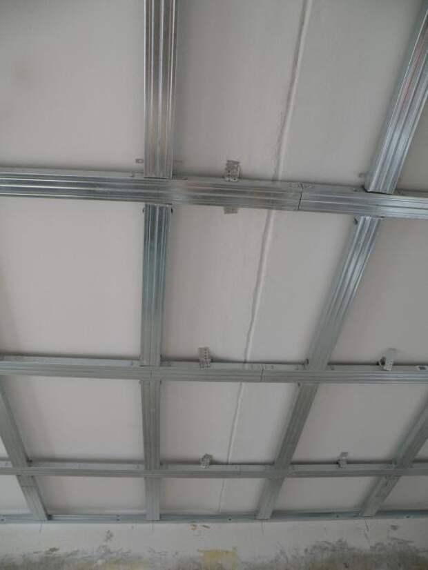 Перепад высот и межплиточный шов на потолке.