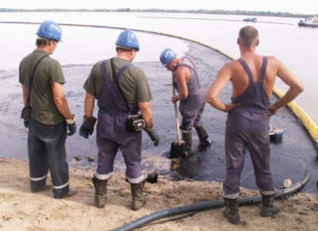Новосибирские спасатели ликвидируют последствия экологического происшествия