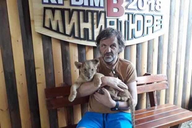 В Крыму Эмир Кустурица спел песню и посетил парк миниатюр (ВИДЕО)