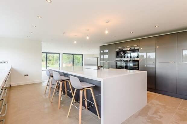 Здесь есть и кухня, полностью оборудованная современной техникой дизайн, до и после, дом, жилье, переделка, ремонт, трансформация