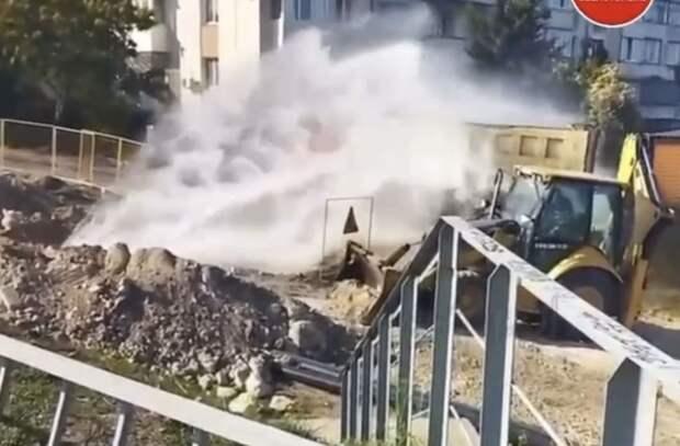 На одной из улиц Севастополя образовался новый фонтан