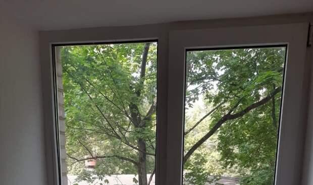 В подъезде дома на Малахитовой улице отремонтировали окно