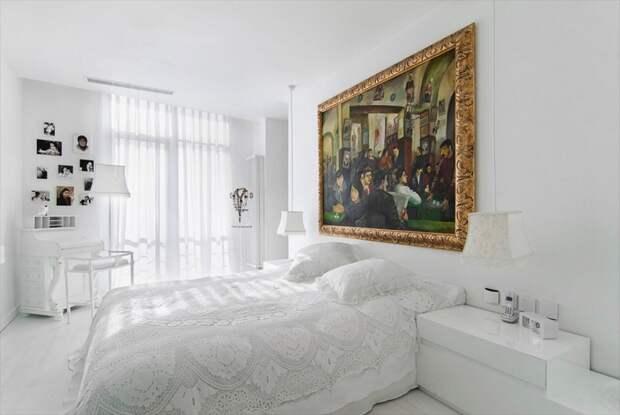 Эта спальня пары среднего возраста — своеобразное воспоминание о поездке в Нью-Йорк, точнее — о нью-йоркской гостинице. В модный белый интерьер вписано вязанное кружевное покрывало, доставшееся от бабушки хозяйки квартиры. Картина над кроватью — работы российской художницы Татьяны Назаренко.